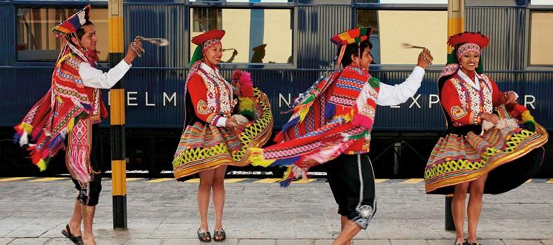 Bailarines tradicionales en el Belmond Andean Explorer
