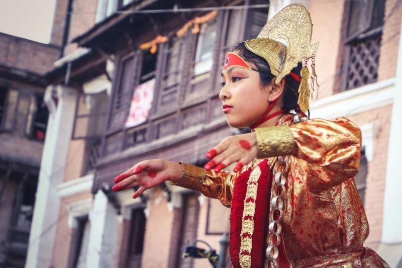 Chica bailando en Nepal