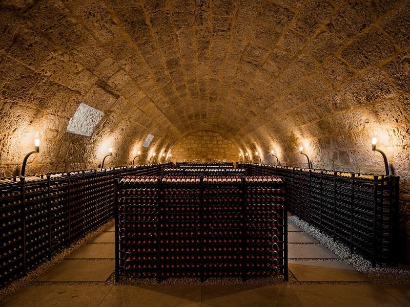 Cueva de la Abadía Retuerta con vinos