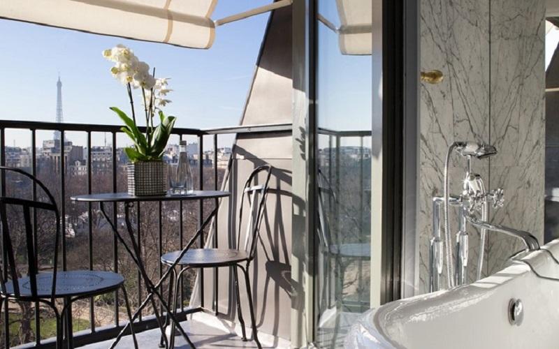 Baño con vistas a la Torre Eiffel